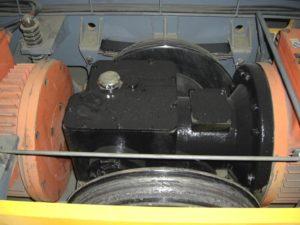 Электродвигатель закреплен к корпусу через амортизирующие на пружинах штанги