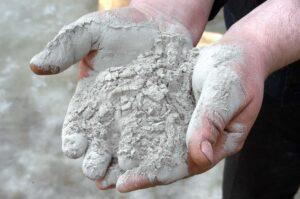 Однокомпонентная цементно-минеральная смесь в руках